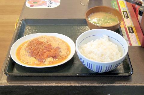 神奈川県横浜市中区本牧原にある牛丼の「なか卯 本牧店」カツとじ皿、とん汁、並ライス