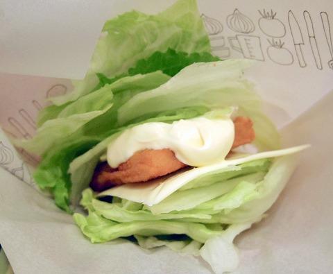 神奈川県横浜市中区本牧宮原にあるハンバーガーの「モスバーガー 本牧店」菜摘のフィッシュバーガーとコーラ