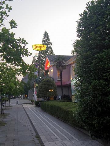 神奈川県横浜市中区本牧和田にあるファミリーレストラン「デニーズ Denny's 新本牧店」外観