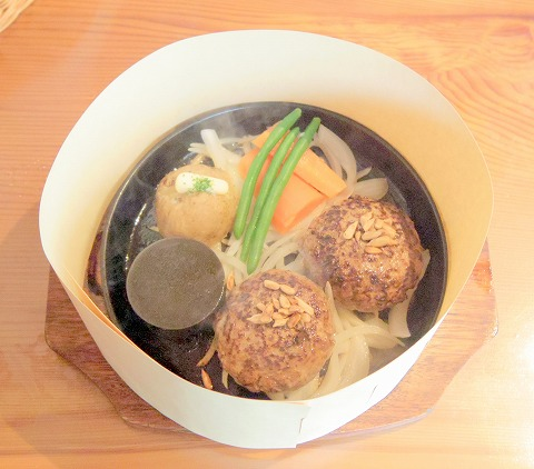 茨城県那珂市菅谷にあるステーキ、ハンバーグの「にこにこステーキ&ハンバーグ ひまわり」粗挽きハンバーグ240g、ライス、ミニサラダ、スープ、ドリンク