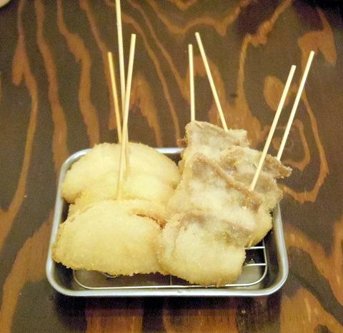 東京都足立区千住旭町にある居酒屋、串揚げ・串かつの「串だおれ 北千住店」串揚げ(豚バラ、玉ねぎ)