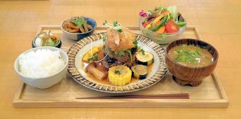 茨城県ひたちなか市中根にあるカフェ「CAFE AND SPACE TOIRO」ランチプレート常陸牛ハンバーグ