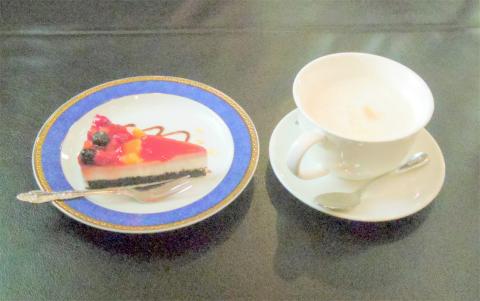 茨城県水戸市加倉井町にある喫茶店「珈琲哲學  水戸店」ベリーベリーショートケーキとホットカフェオーレ