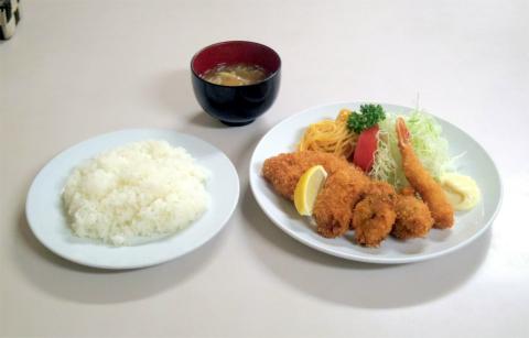 神奈川県横浜市中区上野町2丁目にある洋食店「レストラン松山」ミックスフライ(エビ、カキ、魚)とライス
