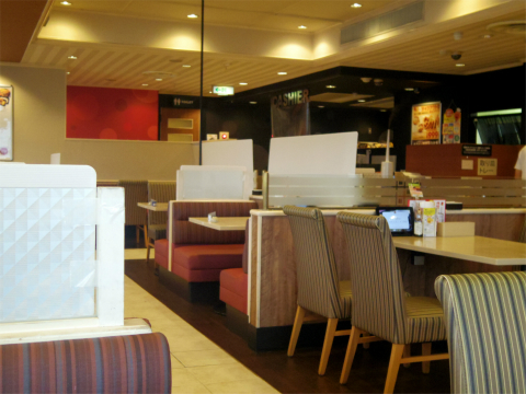 埼玉県さいたま市見沼区深作1丁目にある ファミリーレストラン「ガスト 大宮深作店」店内