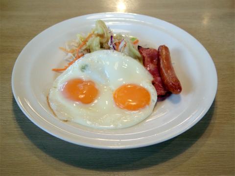 埼玉県さいたま市見沼区深作1丁目にある ファミリーレストラン「ガスト 大宮深作店」目玉焼き&ベーコンソーセージセットとゆで卵