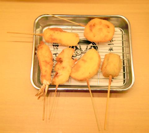 東京都台東区上野5丁目にある串揚げ。串かつの「串カツあらた 御徒町店」串かつ(牛) 、豚、鶏、子持ちこんぶ、うずら、イカ、タコ、マグロ、海老、玉ねぎ、蓮根