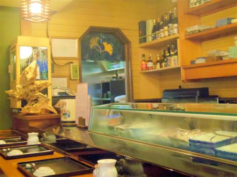 埼玉県越谷市袋山にある寿司店「よし寿司」店内