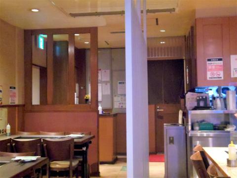 東京都台東区上野6丁目にあるお好み焼き、もんじゃのお店「もんじゃや 上野店」店内