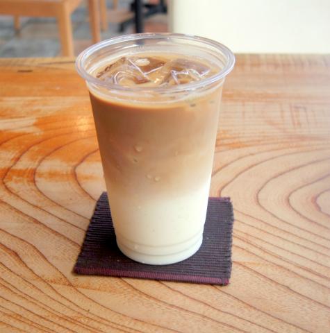 神奈川県川崎市中原区井田中ノ町にあるカフェ 「フォレストコーヒー FOREST COFFEE」アイスカフェラテ(L)