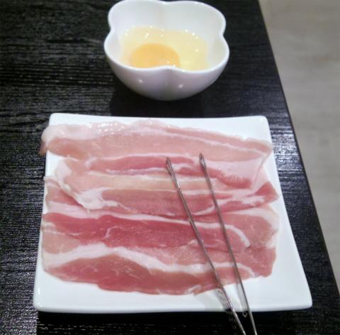 神奈川県横浜市中区三之谷にあるお好み焼き、もんじゃの「鉄板ダイニング粉」お好み焼きに豚とタコと生卵をトッピングしたものの具材