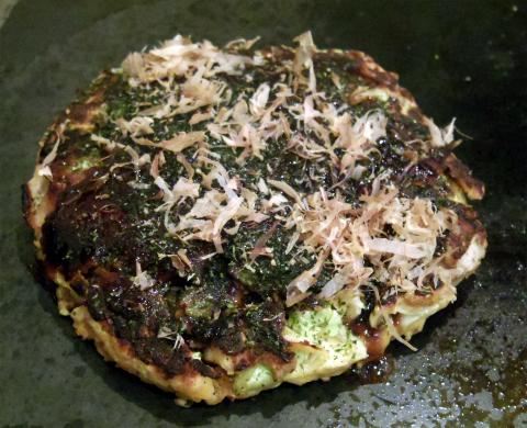 神奈川県横浜市中区三之谷にあるお好み焼き、もんじゃの「鉄板ダイニング粉」お好み焼きに豚とタコと生卵をトッピングしたものの完成までの作成過程