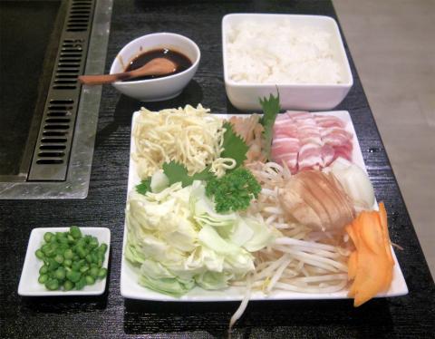 神奈川県横浜市中区三之谷にあるお好み焼き、もんじゃの「鉄板ダイニング粉」そばめしの具材