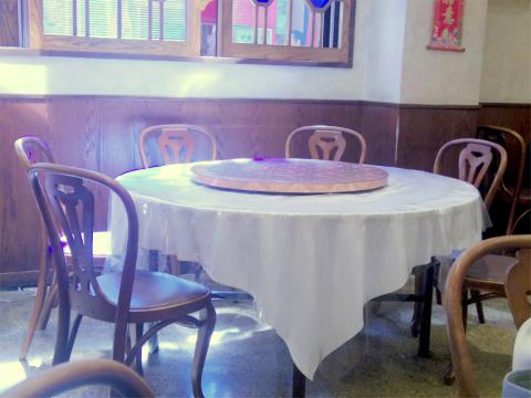 神奈川県横浜市中区山下町にある中華料理店「中華菜館 同發 本館」店内
