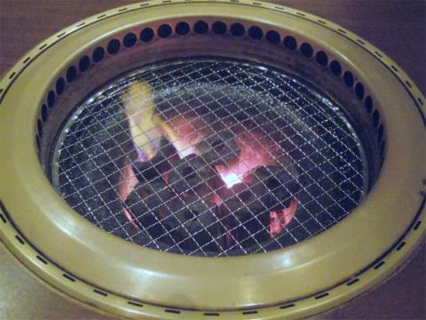 茨城県行方市玉造にある焼肉店「あぶり焼肉  煙家」炭火の焼台