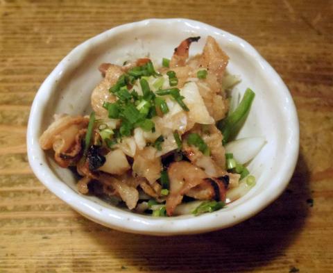 東京都新宿区水道町にある「やきとり 串坊主」鶏皮ポン酢