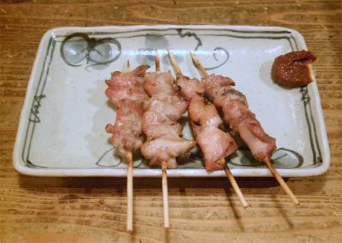東京都新宿区水道町にある「やきとり 串坊主」焼鳥(もも肉、ねぎま、せせり、かわ、うずら卵)