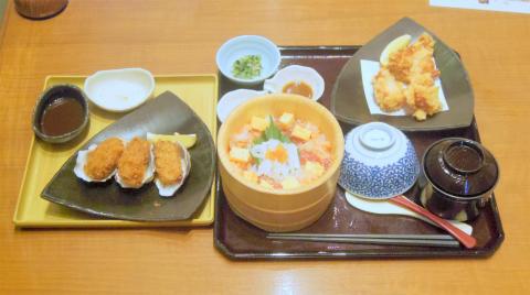埼玉県さいたま市緑区美園5丁目にある和食の「おひつごはん 四六時中 イオン浦和美園店」海の彩りおひつと純輝鶏の唐揚げ、牡蠣フライ