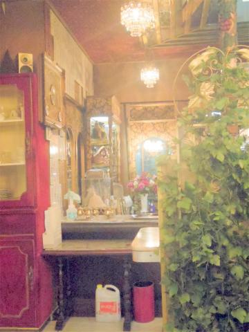 神奈川県横浜市中区相生町1丁目にある喫茶店、コーヒー専門店「コーヒーの大学院 ルミエール・ド・パリ Lumiere de Paris」店内