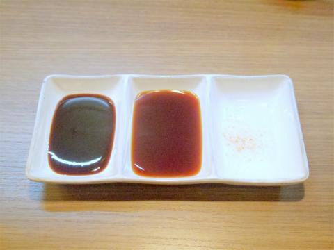 東京都葛飾区青戸3丁目にある「 串揚げ  秀」左からソース、ポン酢、塩