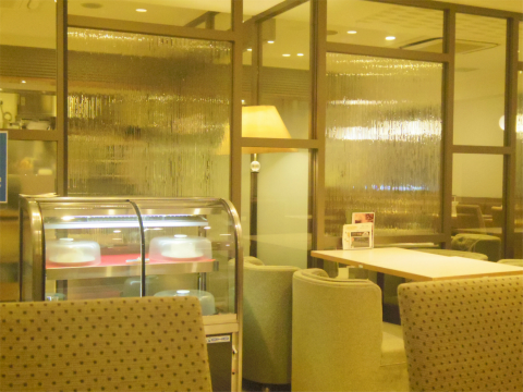 東京都台東区上野6丁目にあるカフェ「Cafeルノアール 御徒町春日通り店」店内