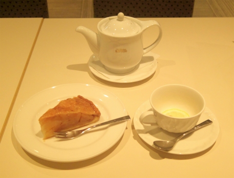 東京都台東区上野6丁目にあるカフェ「Cafeルノアール 御徒町春日通り店」ホットレモンティーと信州産ホットアップルパイ