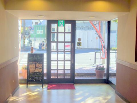 神奈川県横浜市磯子区森2丁目にあるファミリーレストラン「ロイヤルホスト 屛風ヶ浦店」外