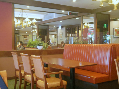 神奈川県横浜市磯子区森2丁目にあるファミリーレストラン「ロイヤルホスト 屛風ヶ浦店」店内