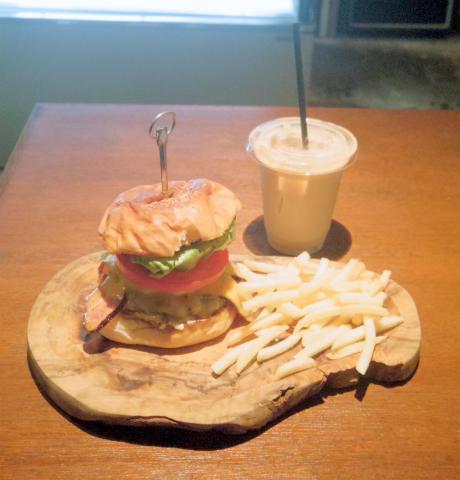 神奈川県川崎市中原区木月1丁目にあるハンバーガーショップ「JAPPS BURGER ジャップスバーガー」BACON EGG CHEESE BURGER (ベーコンエッグチーズバーガー) とICE CAFFE LATTE (アイスカフェラテ)