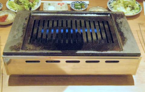 神奈川県横浜市中区常盤町1丁目にある焼肉店「焼肉 YOKOHAMA 045」焼き台