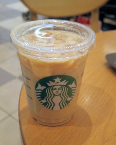 埼玉県さいたま市緑区美園5丁目にあるカフェ「スターバックスコーヒー Starbucks Coffee イオンモール浦和美園店」アイスカフェラテ