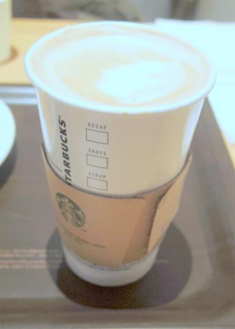東京都練馬区光が丘5丁目にあるカフェ「スターバックスコーヒー Starbucks Coffee 光が丘IMA店」スターバックスラテとあらびきソーセージパイ