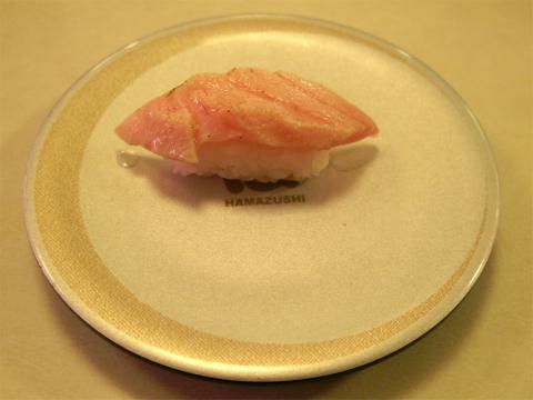 神奈川県横浜市中区本牧原にある回転寿司店「はま寿司 ベイタウン本牧店」地中海産本鮪炙り大とろ