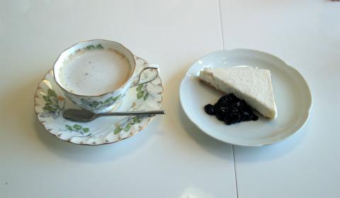 横浜中区本牧三之谷にあるカフェ「ビスターリ三渓堂」ホットカフェオーレとチーズケーキ