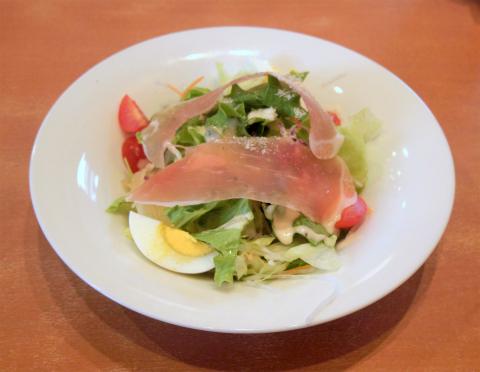 東京都足立区谷在家1丁目にあるファミリーレストラン「デニーズ Denny's 谷在家店」具だくさん生ハムシーザーサラダ