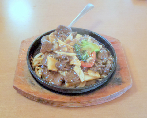 茨城県水戸市大塚町にある「王府 水戸店」牛肉と野菜の黒胡椒鉄板料理