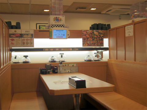 東京都練馬区光が丘3丁目にある回転寿司店「くら寿司 光が丘IMA店」店内