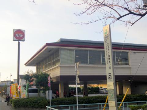 東京都足立区江北6丁目にあるファミリーレストラン「ガスト gusto 足立港北店」外観
