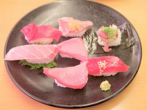 神奈川県横浜市神奈川区東神奈川2丁目にある回転寿司「スシロー 東神奈川店」天然インド鮪7貫食べ比べ