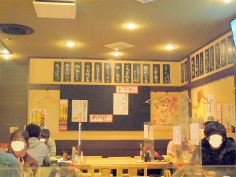 東京都荒川区東日暮里6丁目にある居酒屋「串揚げ酒場 日暮里ただいま」店内