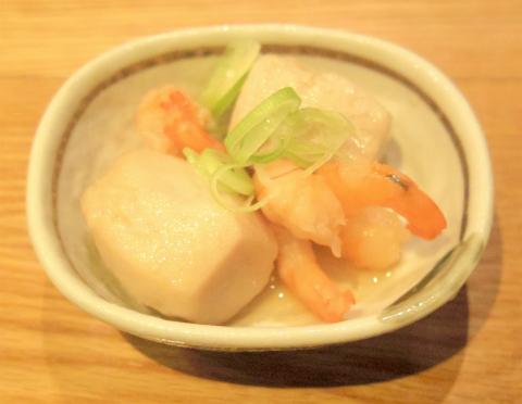 東京都荒川区東日暮里6丁目にある居酒屋「串揚げ酒場 日暮里ただいま」お通しの海老と里芋