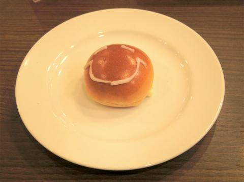 神奈川県横浜市戸塚区品濃町にある「ベーカリーレストラン サンマルク 東戸塚オーロラモール店」ハンバーグステーキ黒のデミグラスソースと皮つきアボアド1/2を添えて 焼き立てパン食べ放題のパン