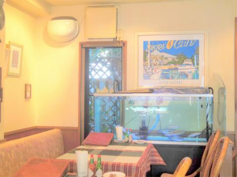 神奈川県横浜市中区麦田町1丁目になるイタリアンの「伊太利亜食堂 長靴をはいた猫」店内