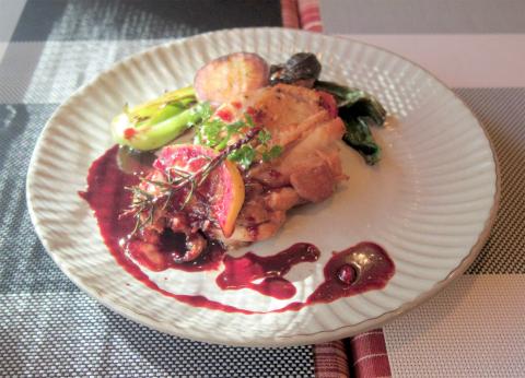 神奈川県横浜市中区麦田町1丁目になるイタリアンの「伊太利亜食堂 長靴をはいた猫」Bコースのメインの大山鶏のワインソース煮