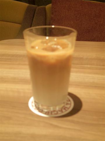 埼玉県戸田市下戸田2丁目にあるカフェ「TAKAKURA MACHI COFFEE 高倉町珈琲 戸田店」アイス・カフェ・オ・レ