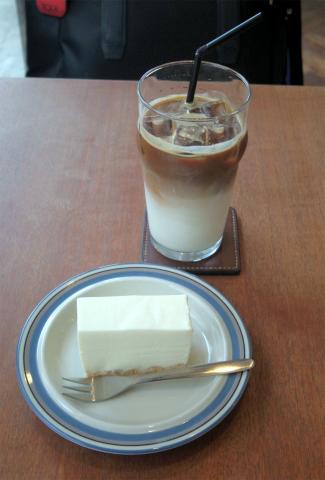 神奈川県川崎市中原区木月3丁目にあるコーヒー専門店「Mui」アイスカフェラテとレアチーズケーキ