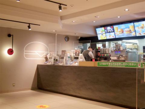 神奈川県横浜市戸塚区品濃町にあるファーストフードの「McDonald's マクドナルド 東戸塚店」店内