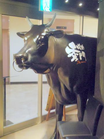 茨城県土浦市大和町にある焼肉店「焼肉 秀門 土浦店」牛のオブジェス