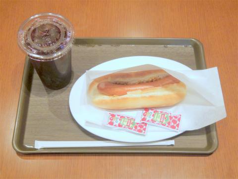 神奈川県横浜市中区住吉町5丁目にあるカフェ「ROYAL's Cafe&Shop ロイヤルズカフェ」アイスティー(Lサイズ)とプレーンホットドック