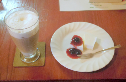 千葉県印旛郡酒々井町東酒々井1丁目にある「喫茶 快中時計」アイスラテとレアチーズケーキ